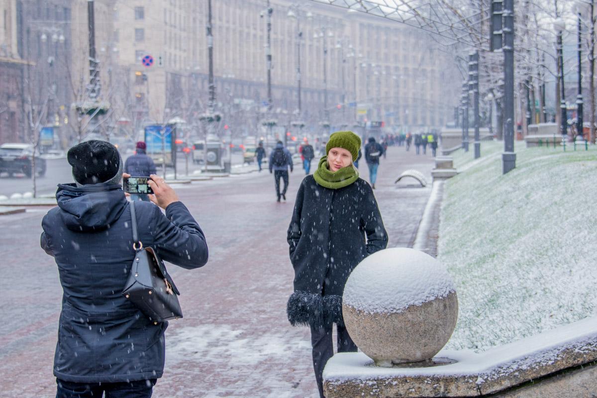 Киевляне не упускают возможность сфотографироваться на фоне зимней сказки