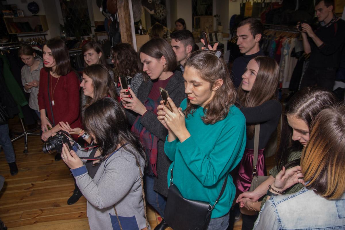 Зрители фотографировали любимых артистов, а после их выступлений, делали с ними селфи