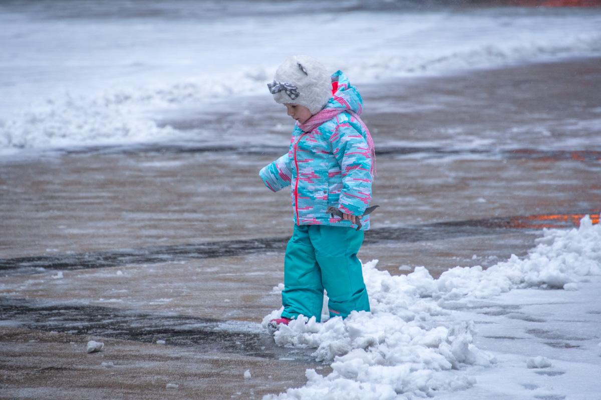Дети радуются снегу