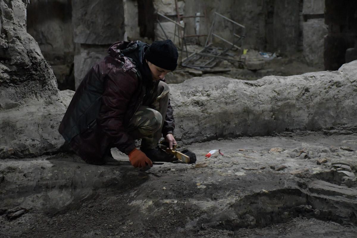 Археологи нашли украшения и фруктовые косточки тысячелетний давности