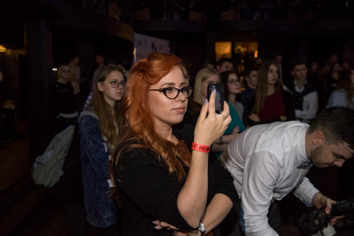 Среди зрительниц в зале также было не мало красивых девушек