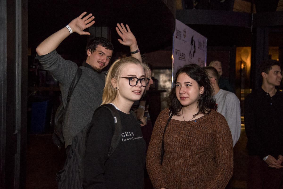 Поддержать студенток на сцене пришли их однокурсники