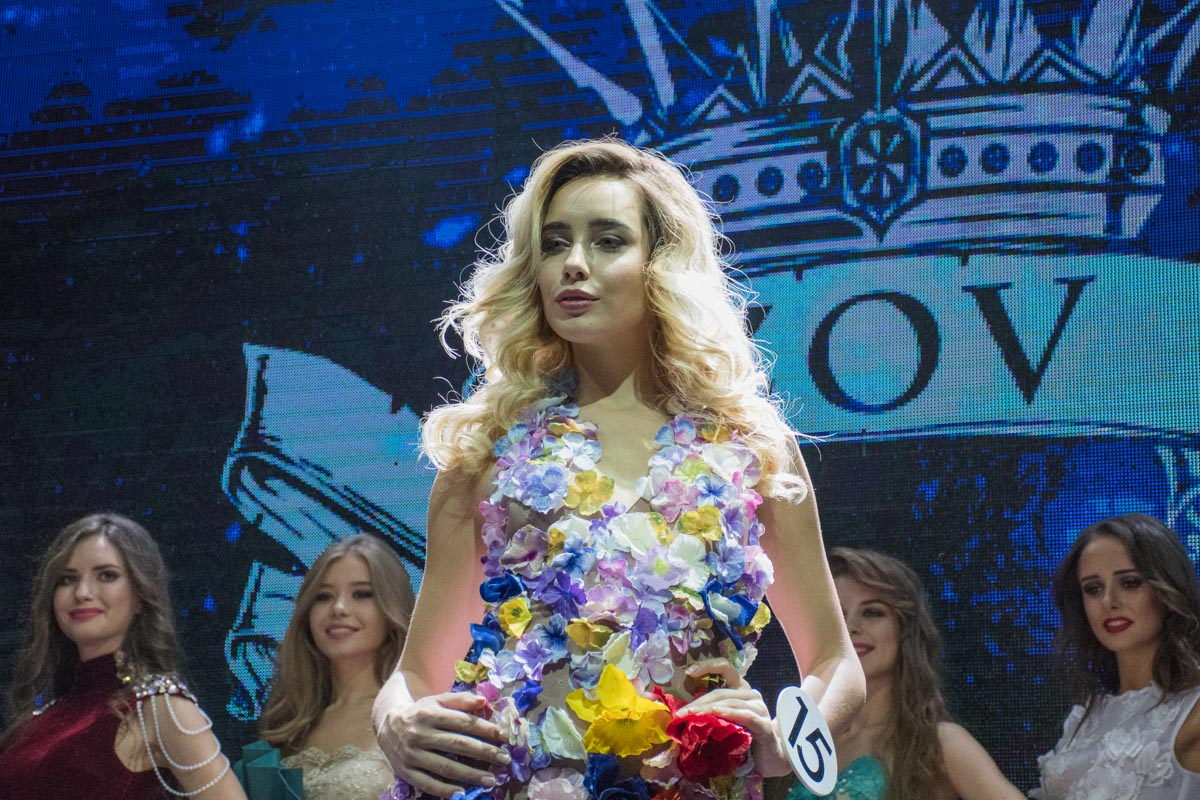 Последний этап конкурса - дефиле в вечерних платьях