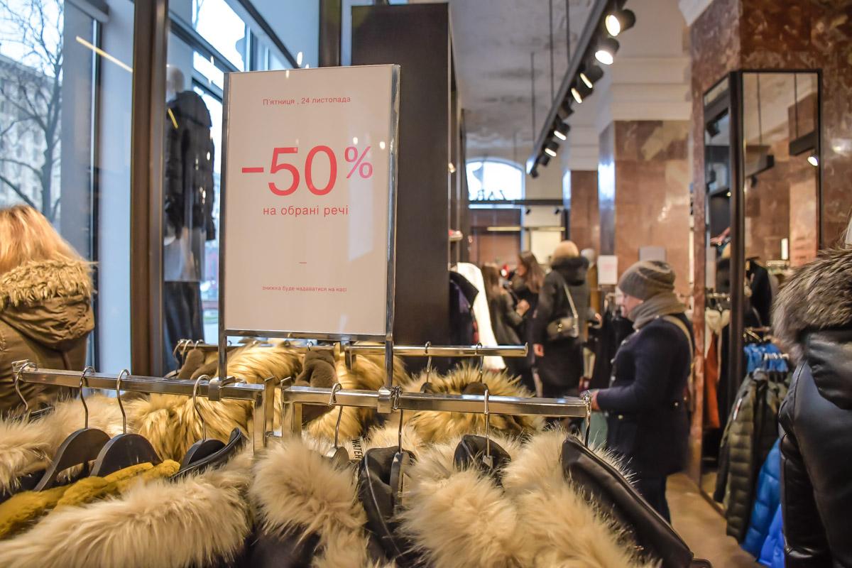 В некоторых магазинах просто повесили большой ценник на вешалки с одеждой