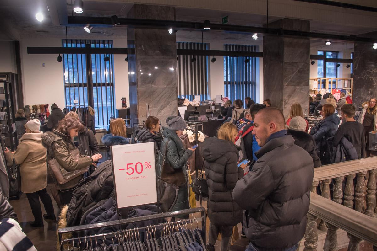 В торговых залах огромное количество людей