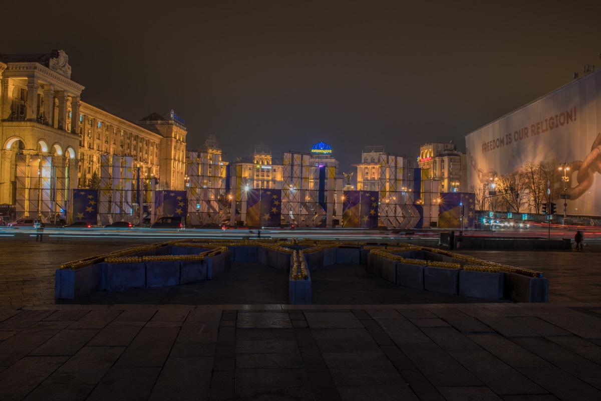 """В Киеве провели акцию """"16 дней против насилия"""". В честь этого на Майдане Незалежности подсветили Монумент Независимости оранжевыми прожекторами"""