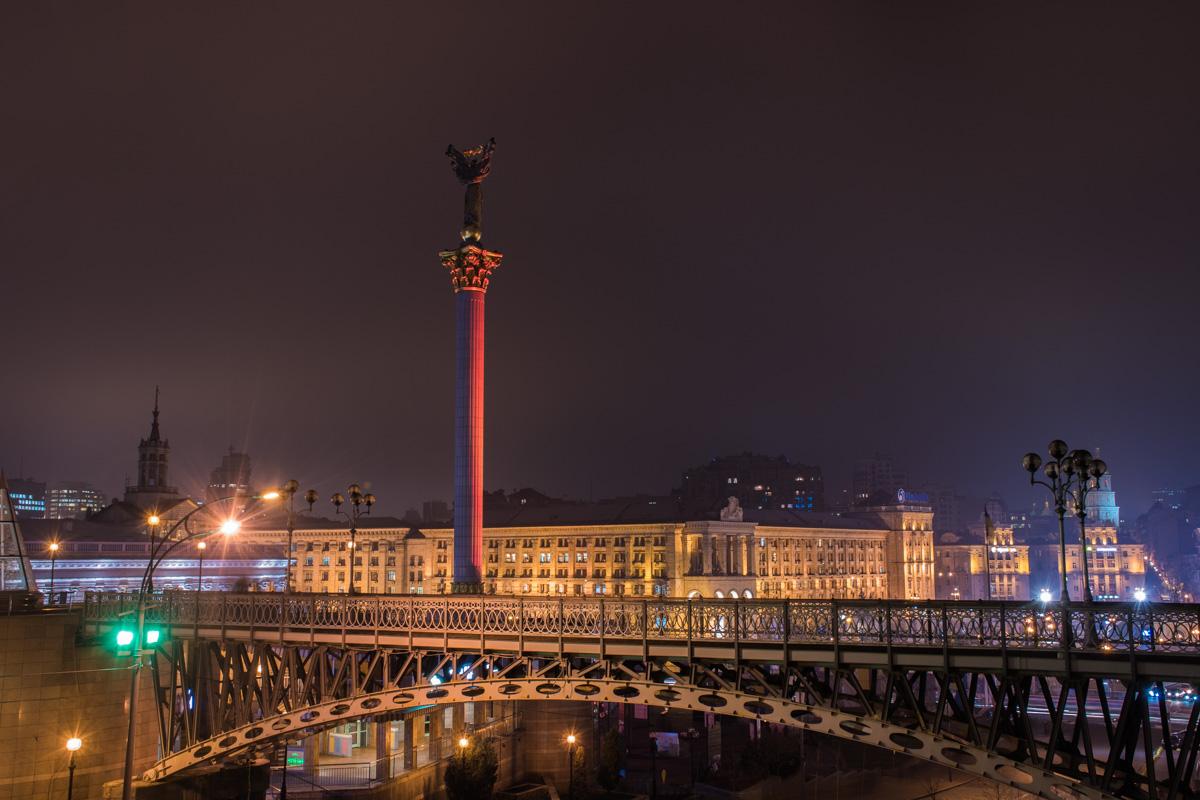 Монумент в оранжевых тонах