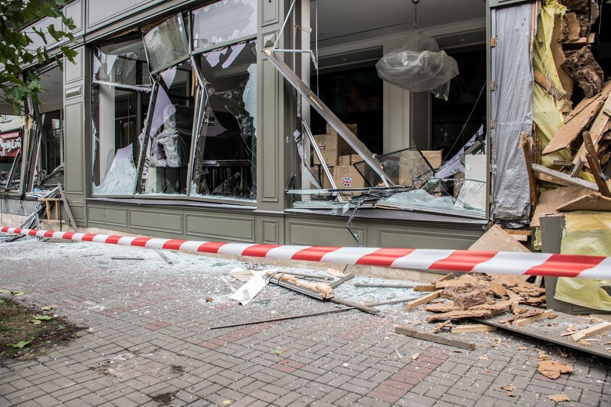 Последствия погрома магазина в центре Киева