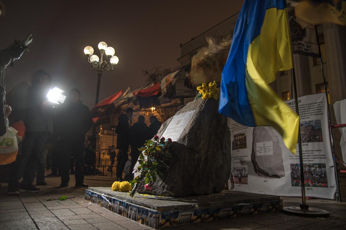 """У здания парламента установили камень с выгравированной статьей Конституции: """"Единый источник власти - народ"""""""