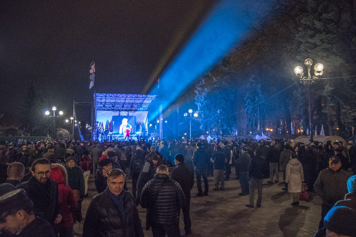Под Верховной Радой собралось до тысячи людей