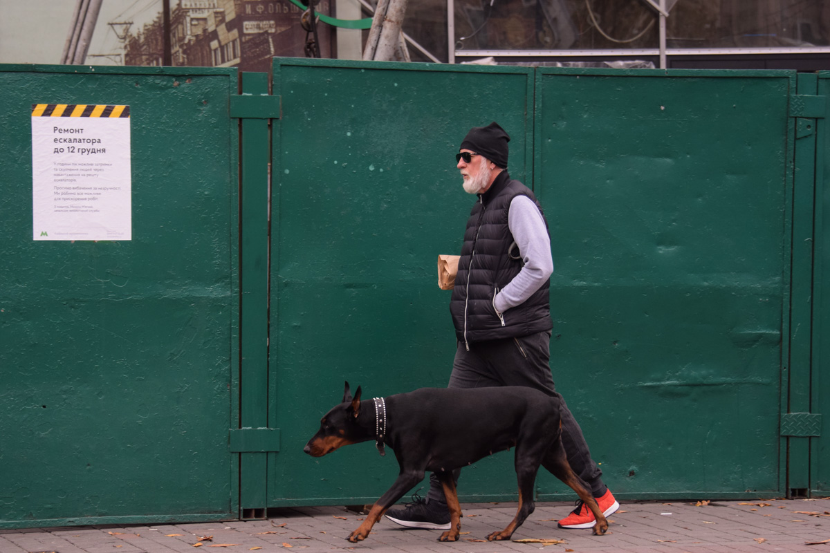 Киевский пенсионер на прогулке с Анной Петровной
