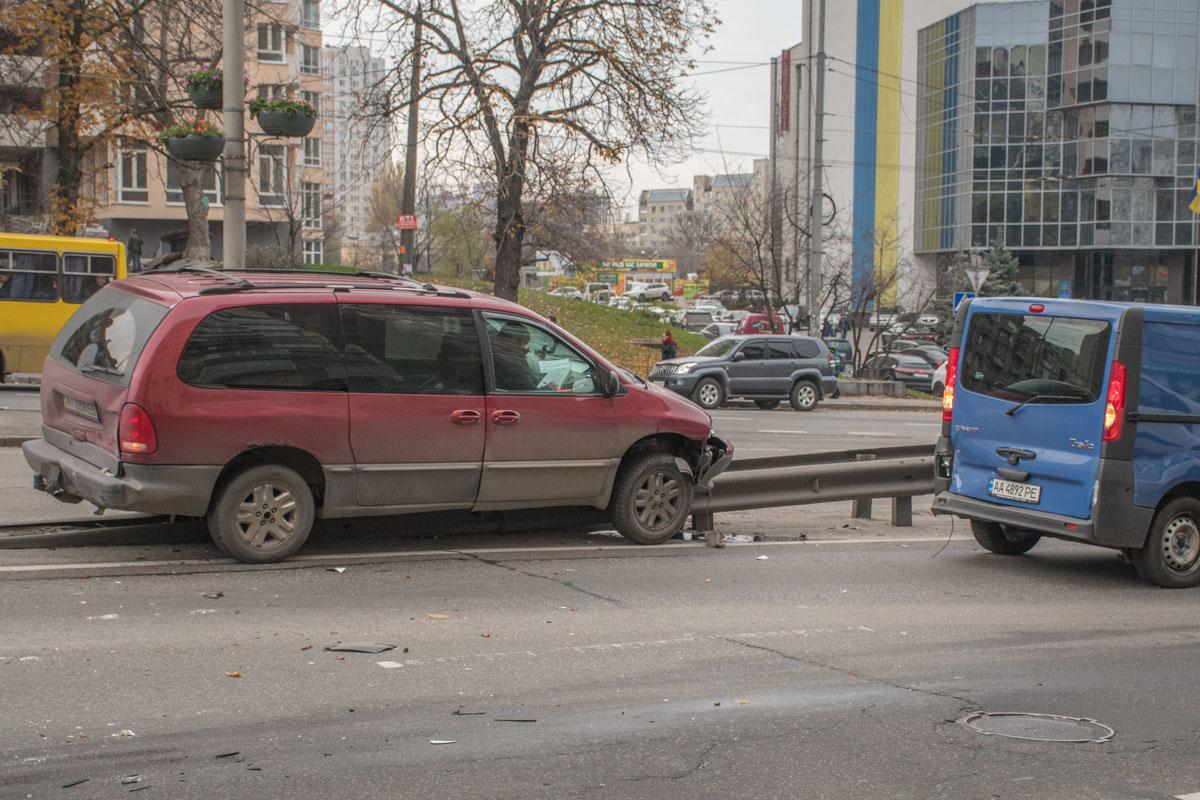 От удара Dodje отнесло на Renault Traffic