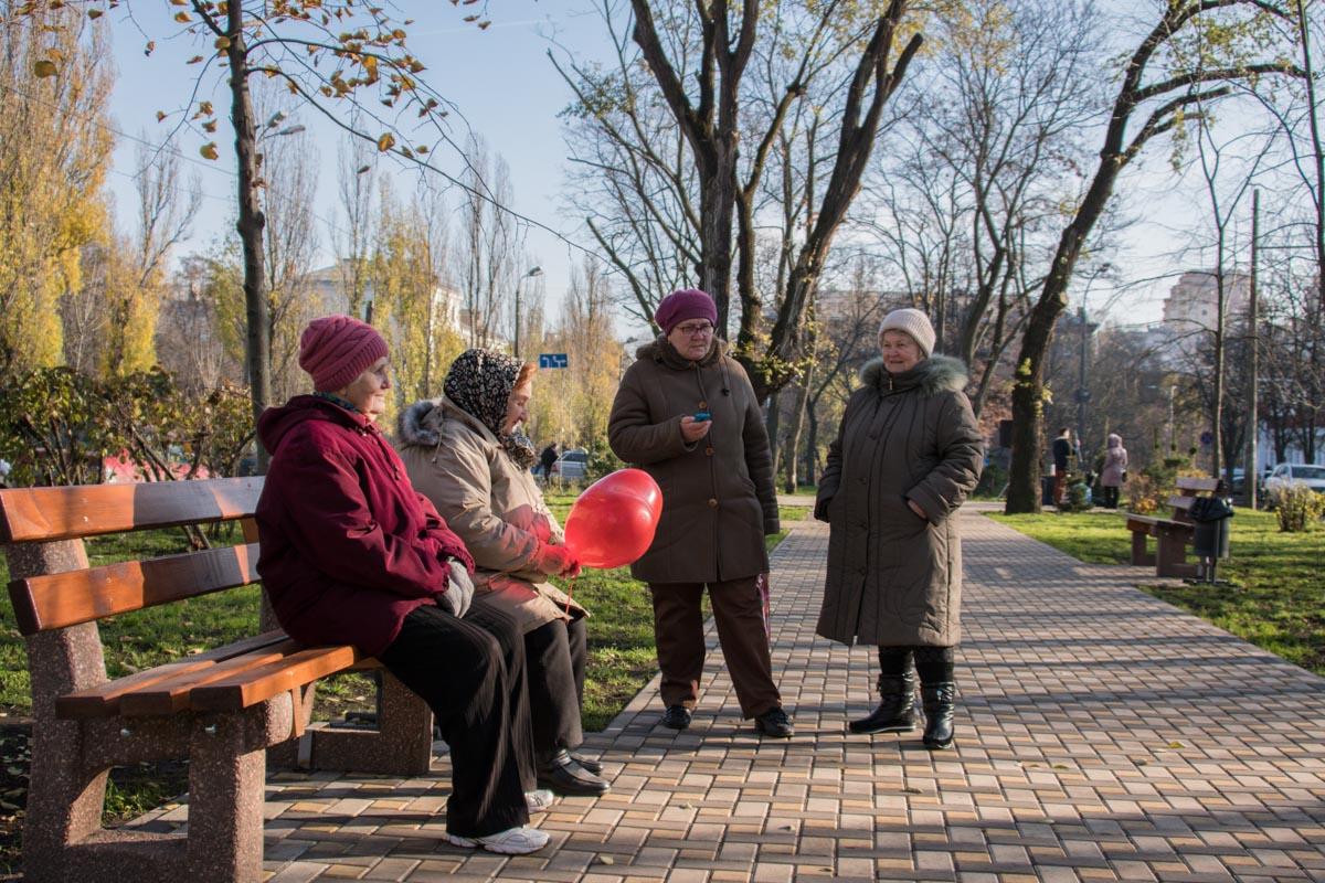 А к лавочкам на бульваре Гавела давно присмотрелись бабушки. Обновлением парка они довольны