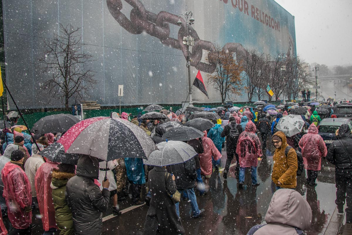 В антикоррупционном марше участвовали соратники Михаила Саакашвили, в том числе жители палаточного городка