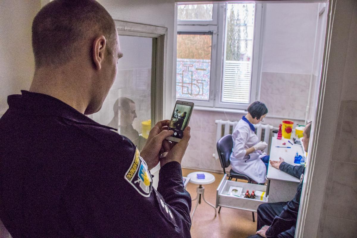 Полицейские сдали кровь на помощь детям пострадавшим в ДТП
