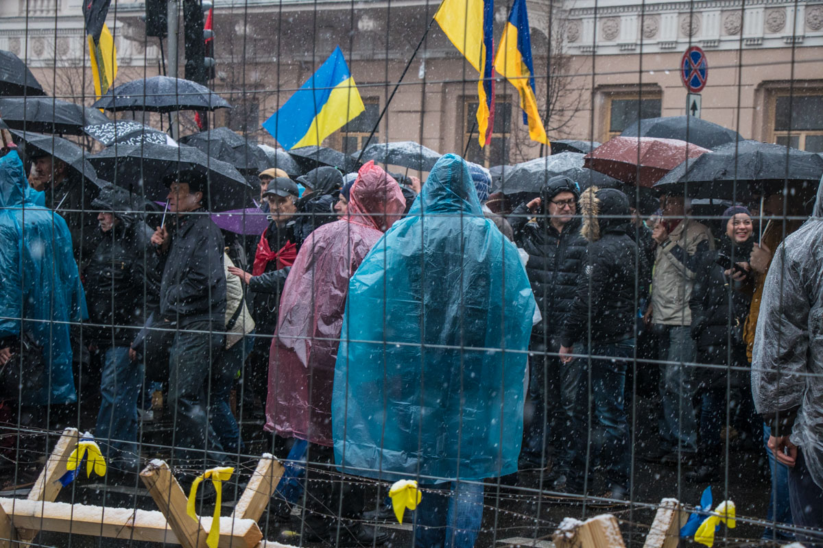 Активисты также требуют принятия закона об антикоррупционном суде