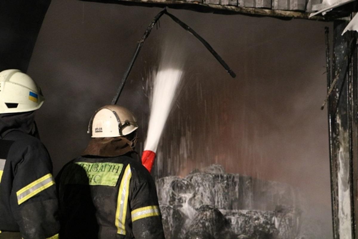 Спасателям удалось предотвратить распространение огня на рядом расположенное административное здание