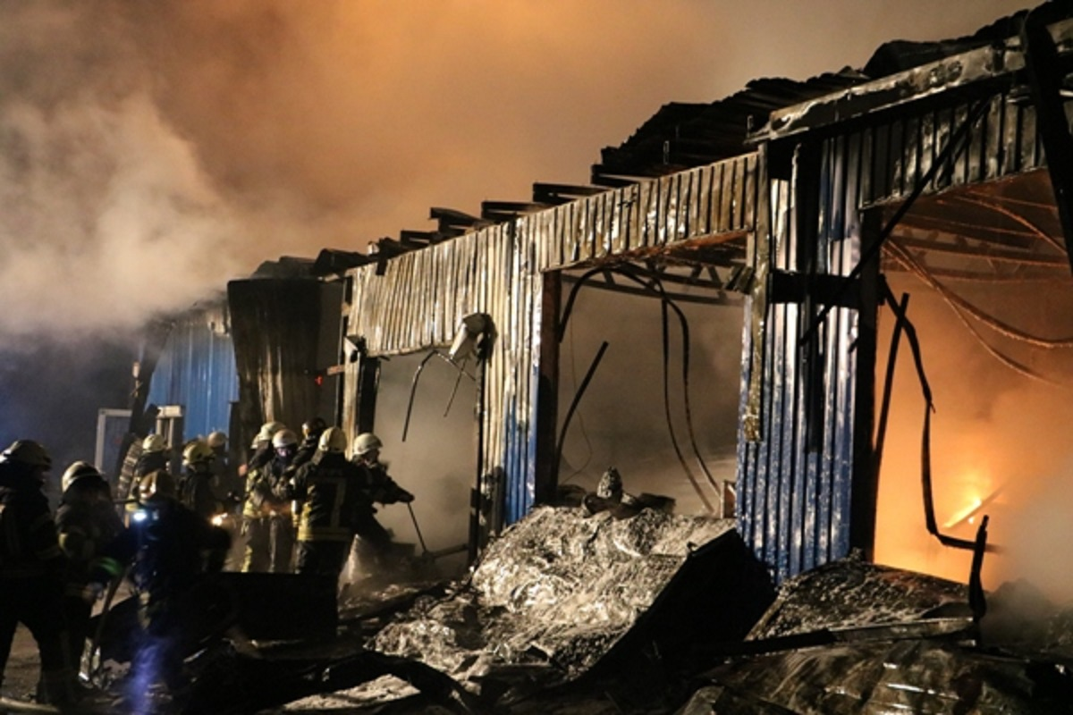 В Киеве на улице Стеценко загорелся склад лакокрасочных изделий
