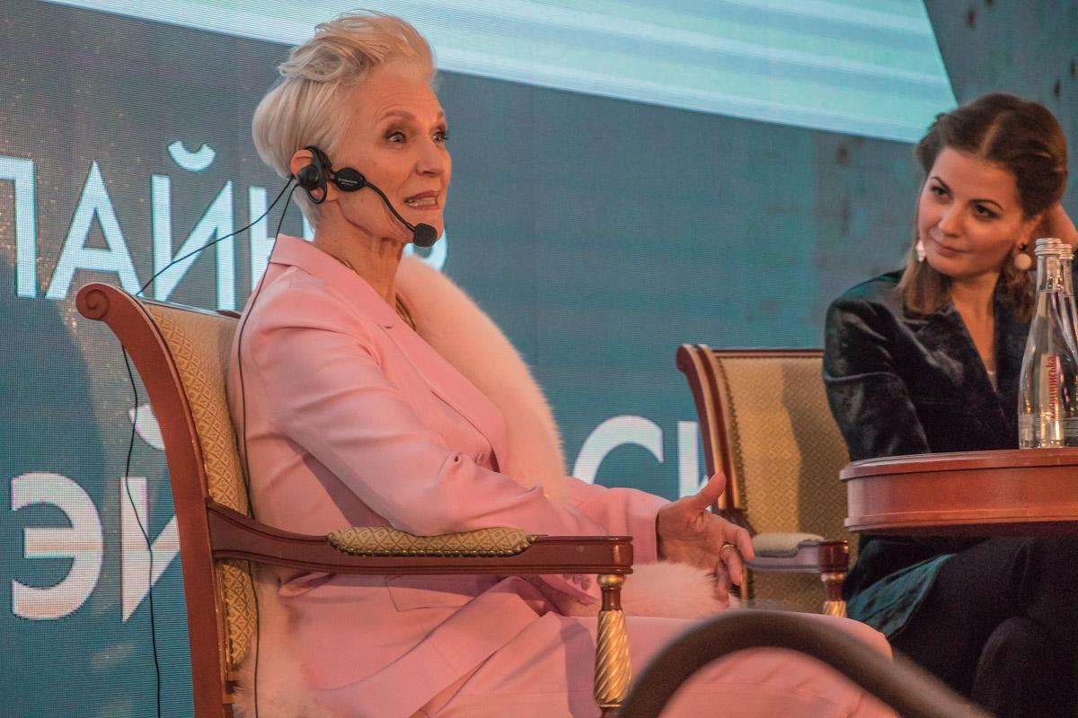 Мэй 68 лет. Она более востребована, чем иные молодые модели, и снимается в кампаниях таких крупных брендов, как Clinique и Revlon