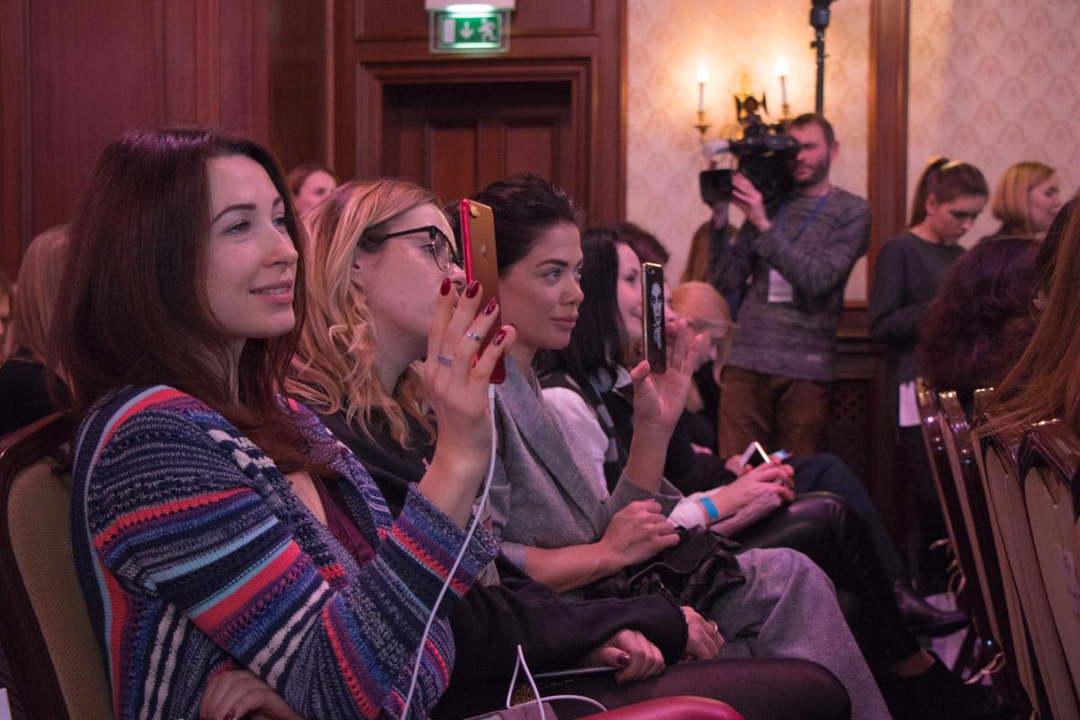 Мероприятие посетили девушки, которые мечтаю о такой же успешной карьере, как у Мэй Маск