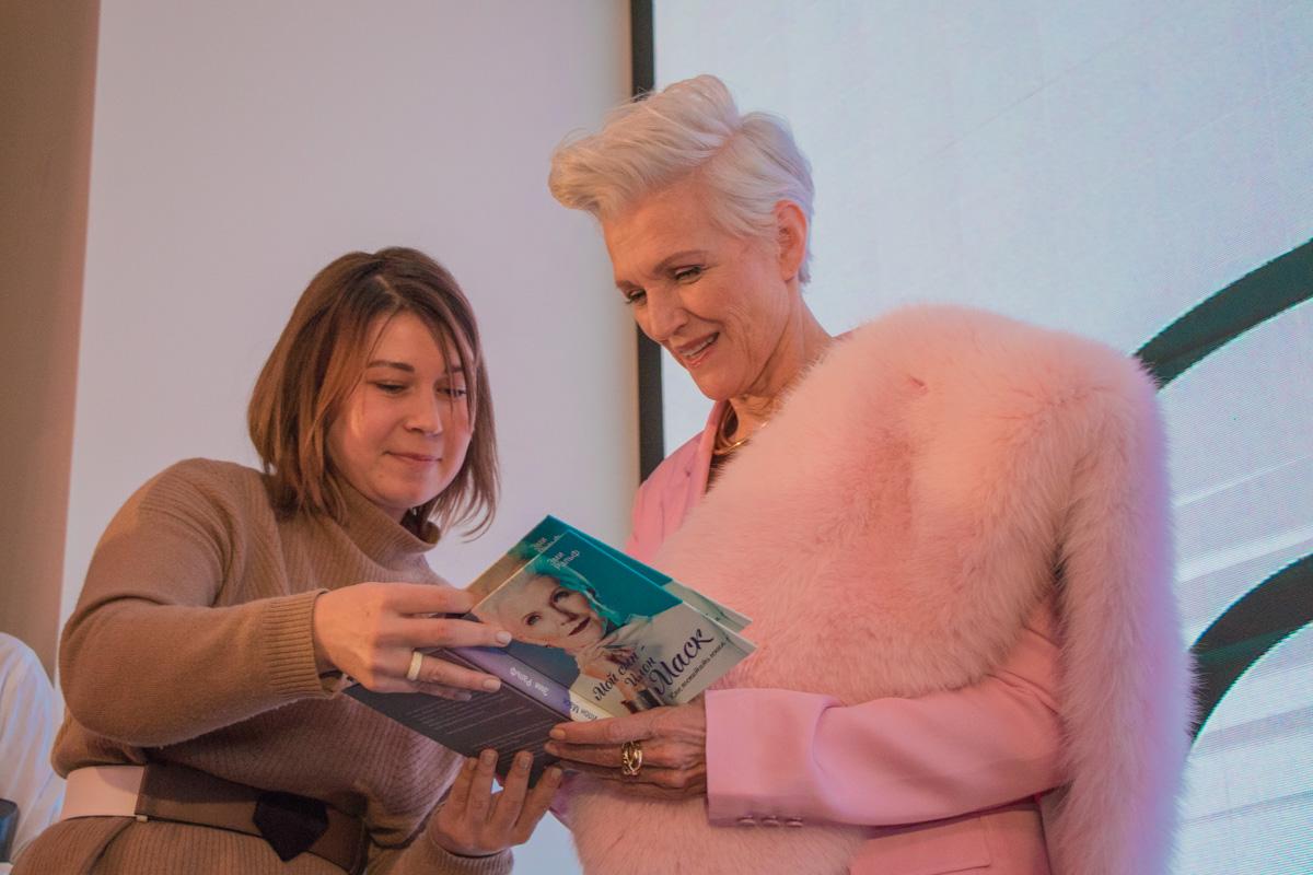 """Мэй Маск — известный диетолог, она выступает с лекциями о здоровом питании по всему миру и выпустила книгу """"Feel Fantastic"""""""
