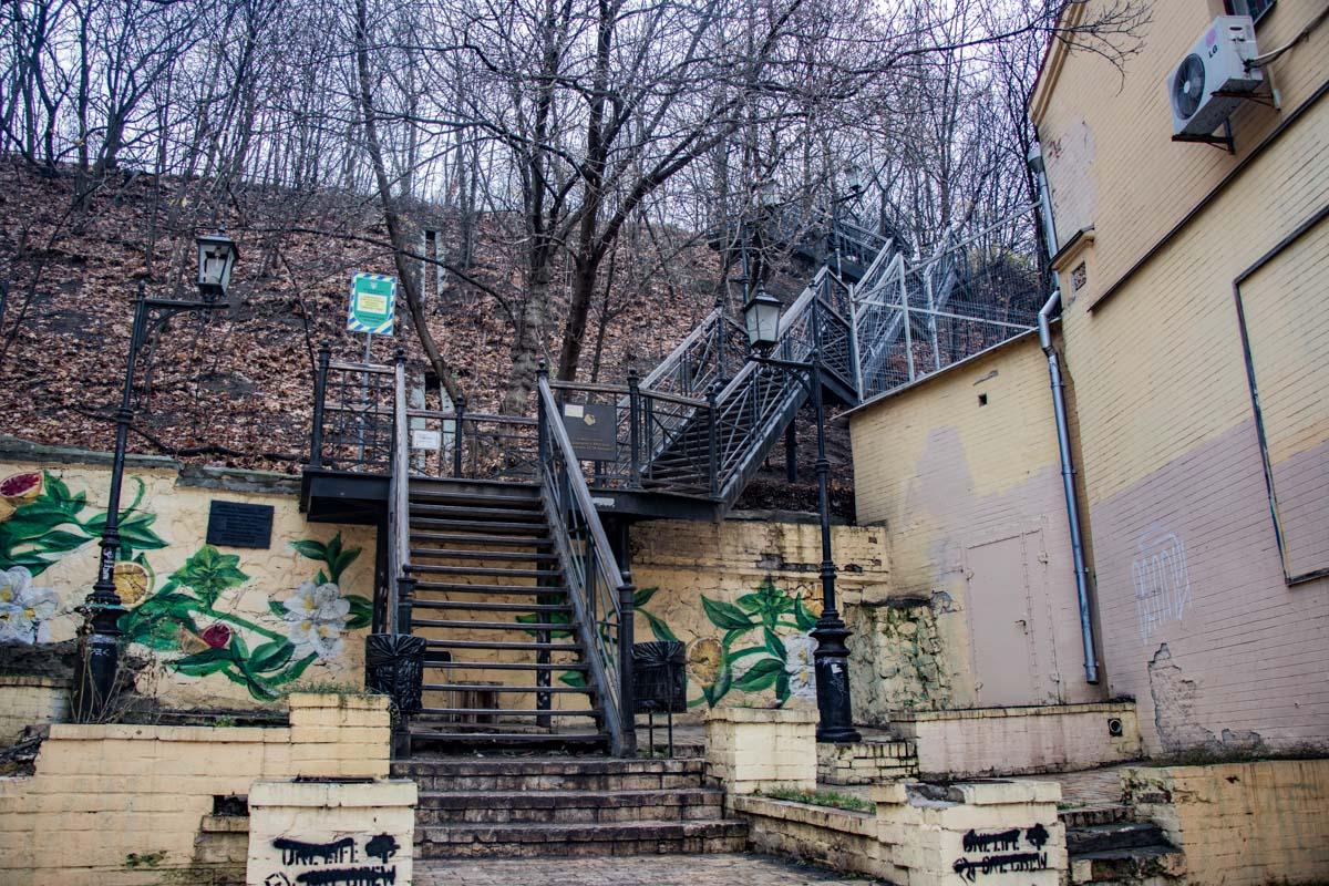 Одинокая лестница в районе Андреевского спуска
