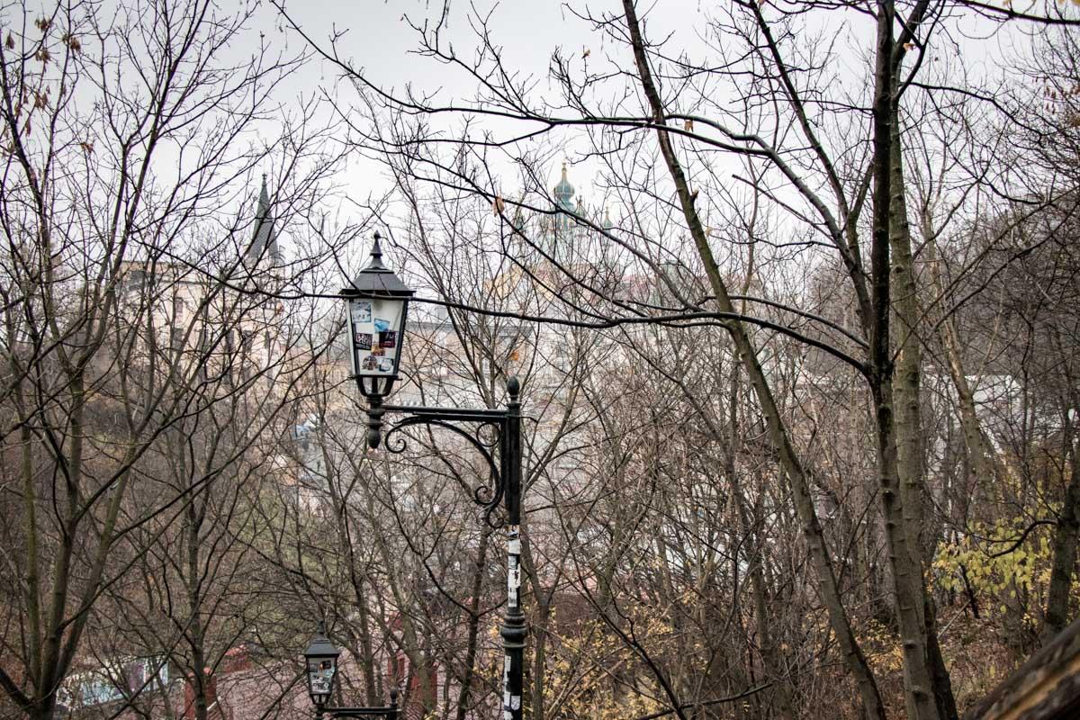 Одинокий фонарь сторожит улочки Киева