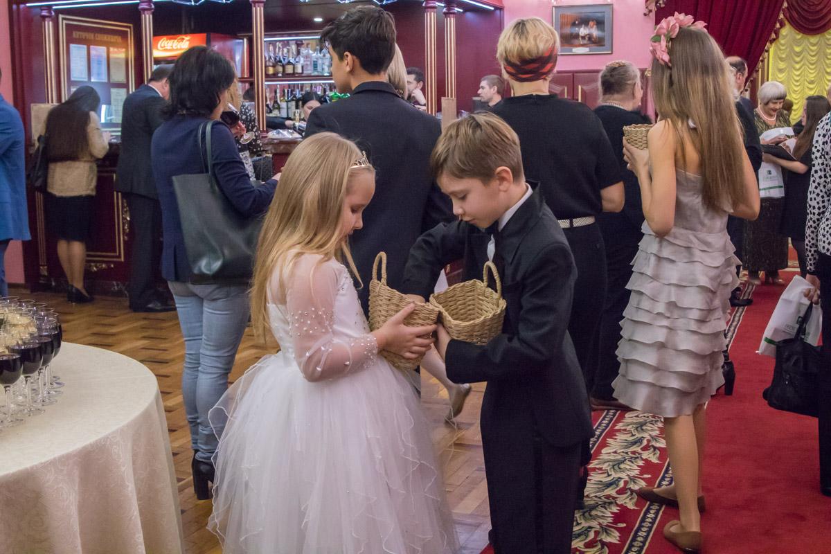Дети раздавали гостям вечера сладкие подарки