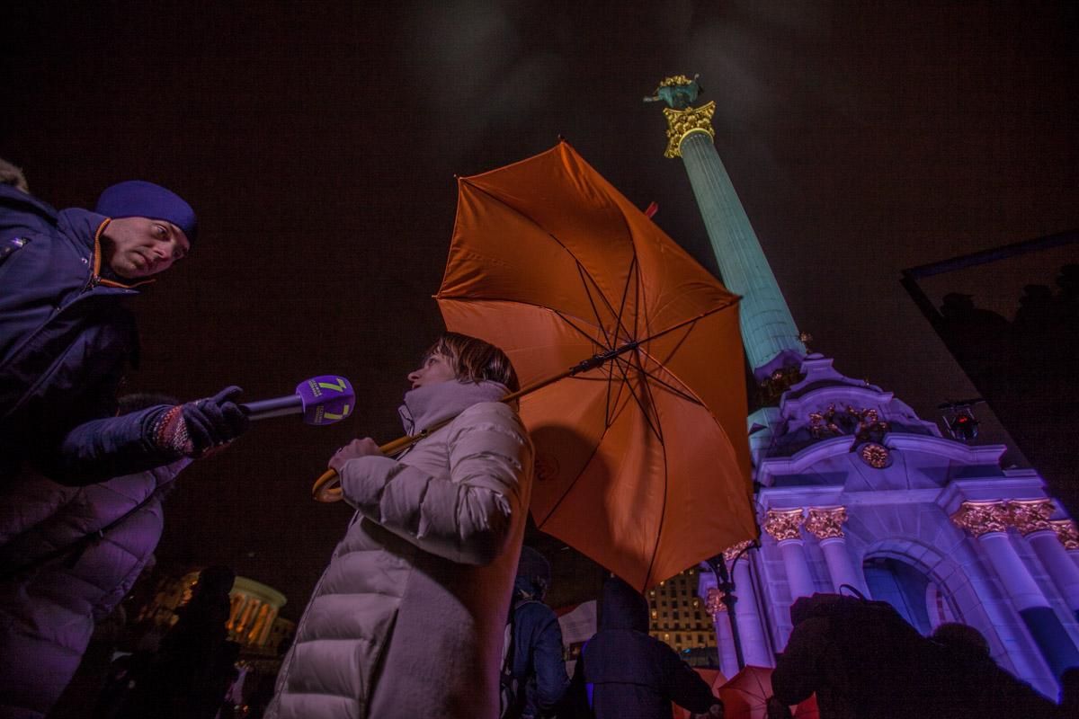 Участники раскрыли оранжевые зонтики, что символизировало борьбу с домашним насилием