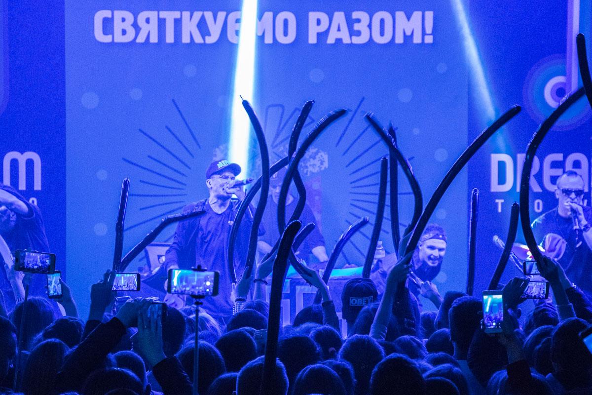 Длинные шары, в фирменных цветах группы, разлетелись по рукам зрителей