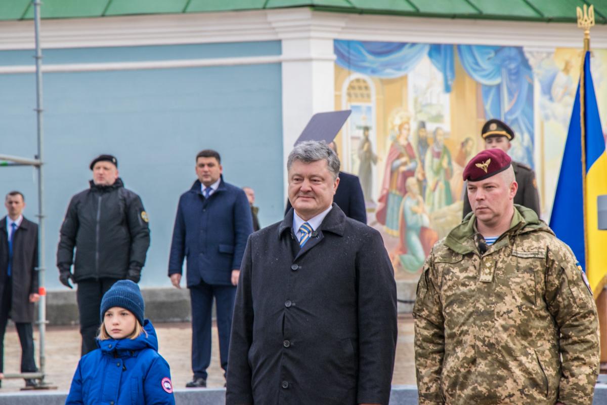 На встрече главнокомандующего с военными пришли глава СНБО Александр Турчинов и премьер-министр Владимир Гройсман