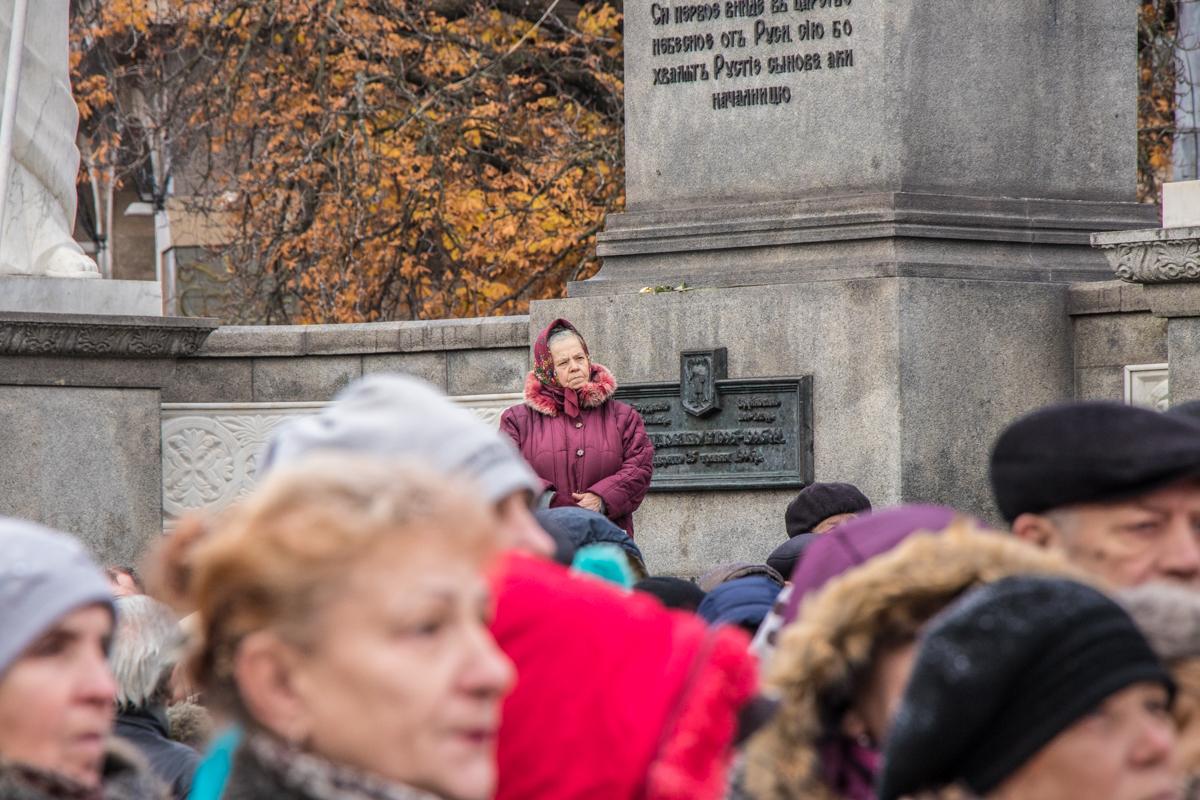 Кое-то из зрителей вылез на постамент, чтобы посмотреть на Порошенко