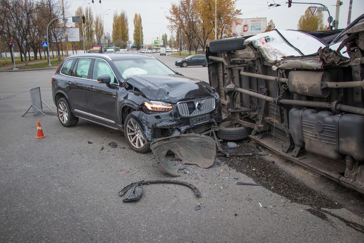 Водитель Volvo не ожидал такого маневра Mercedes