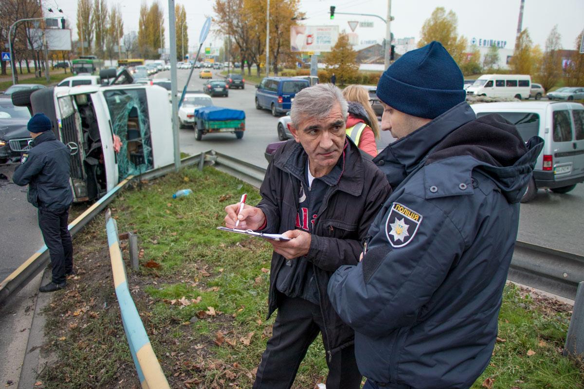 Водитель микроавтобуса объясняет полиции все обстоятельства
