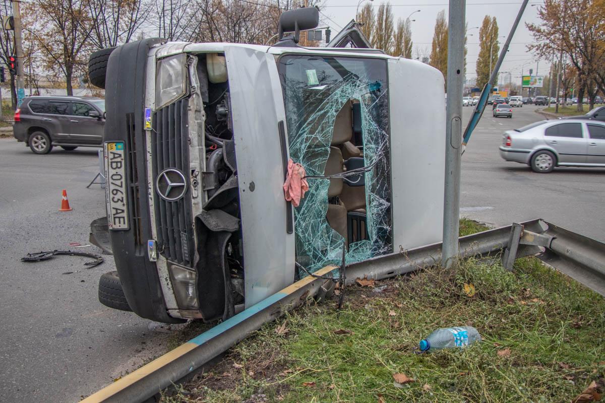 Микроавтобус перевернулся от удара легковушки