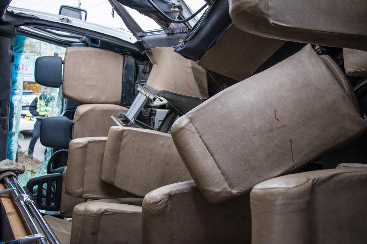 Пострадали пассажиры Mercedes: видны капли крови