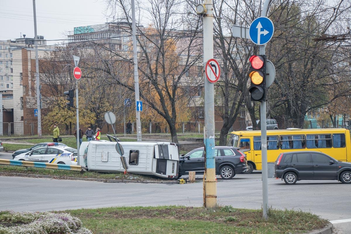 Чтобы повернуть на Героев Днепра, микроавтобус должен был уйти на разворот возле пивзавода