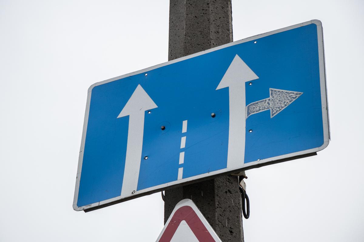 На этом участке дороги не разрешено движение влево