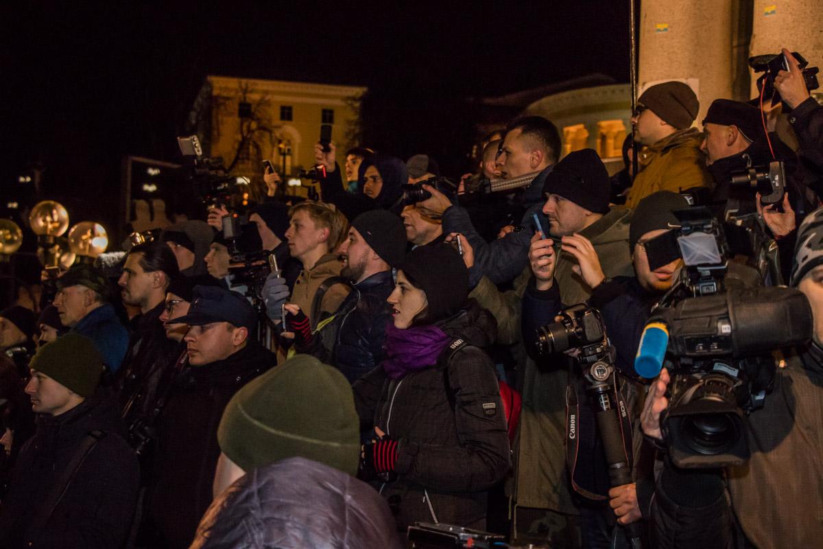 На митинг собрались простые люди, полиция и пресса