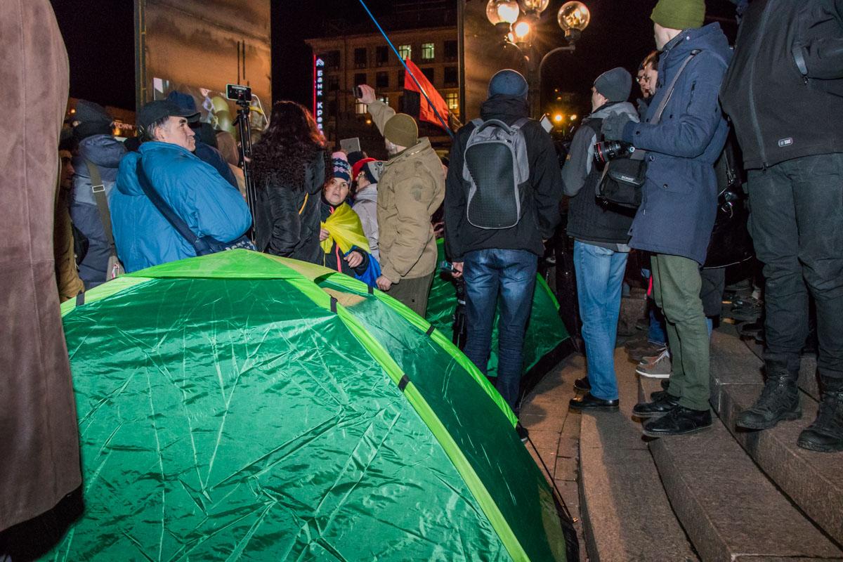Людям удалось поставить две палатки, несмотря на запрет полиции