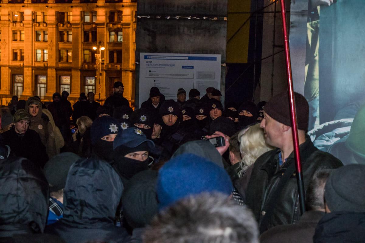 Из-за палаток между полицией и митингующими возникла потасовка