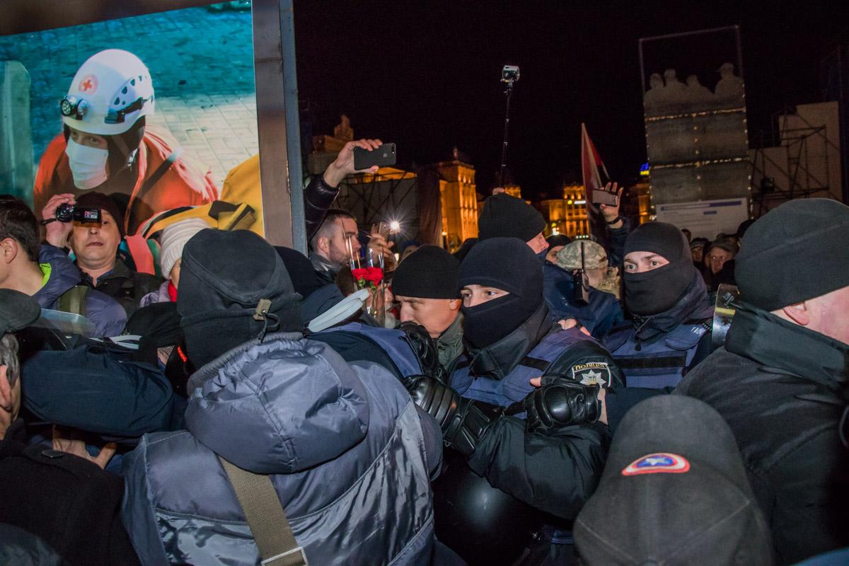 В толпе люди начали кричать, когда полиция помешала установить палатки