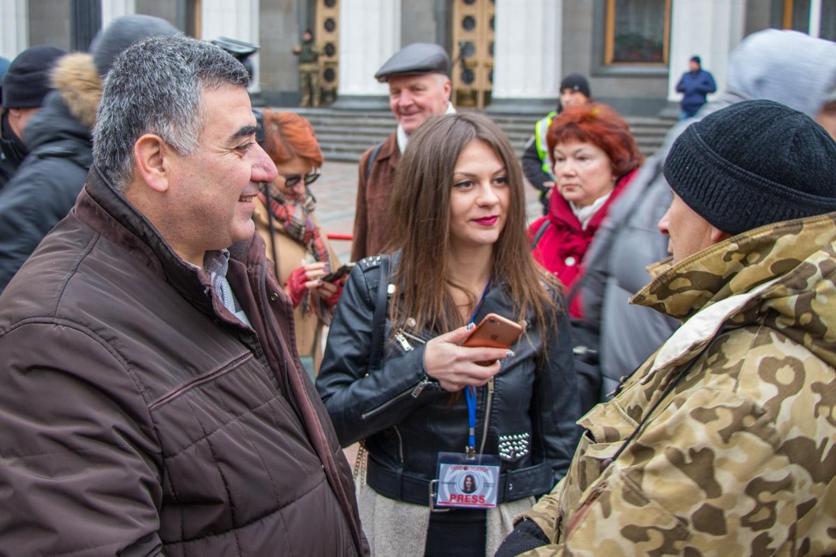 Митингующие рассказали, что хотят узнать результаты сегодняшней работы народных депутатов