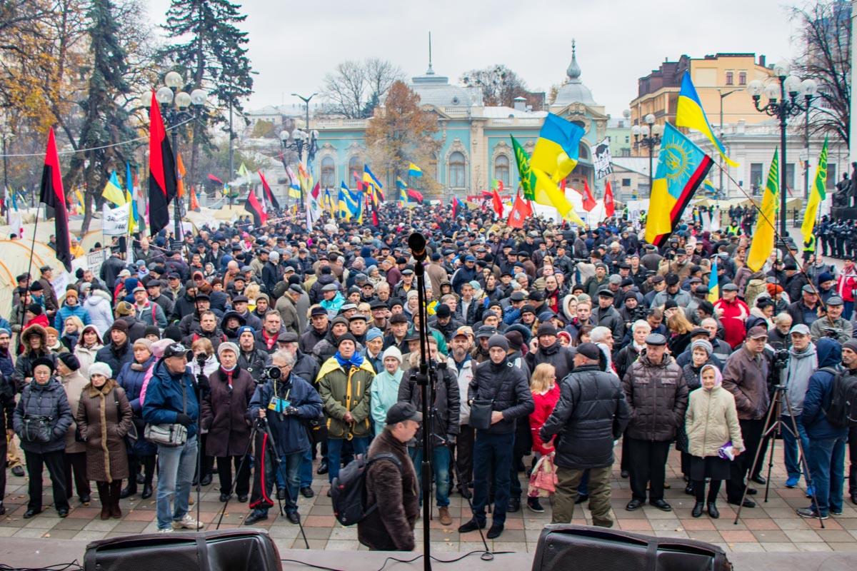 На митинге под Радой собралось около двух тысяч людей