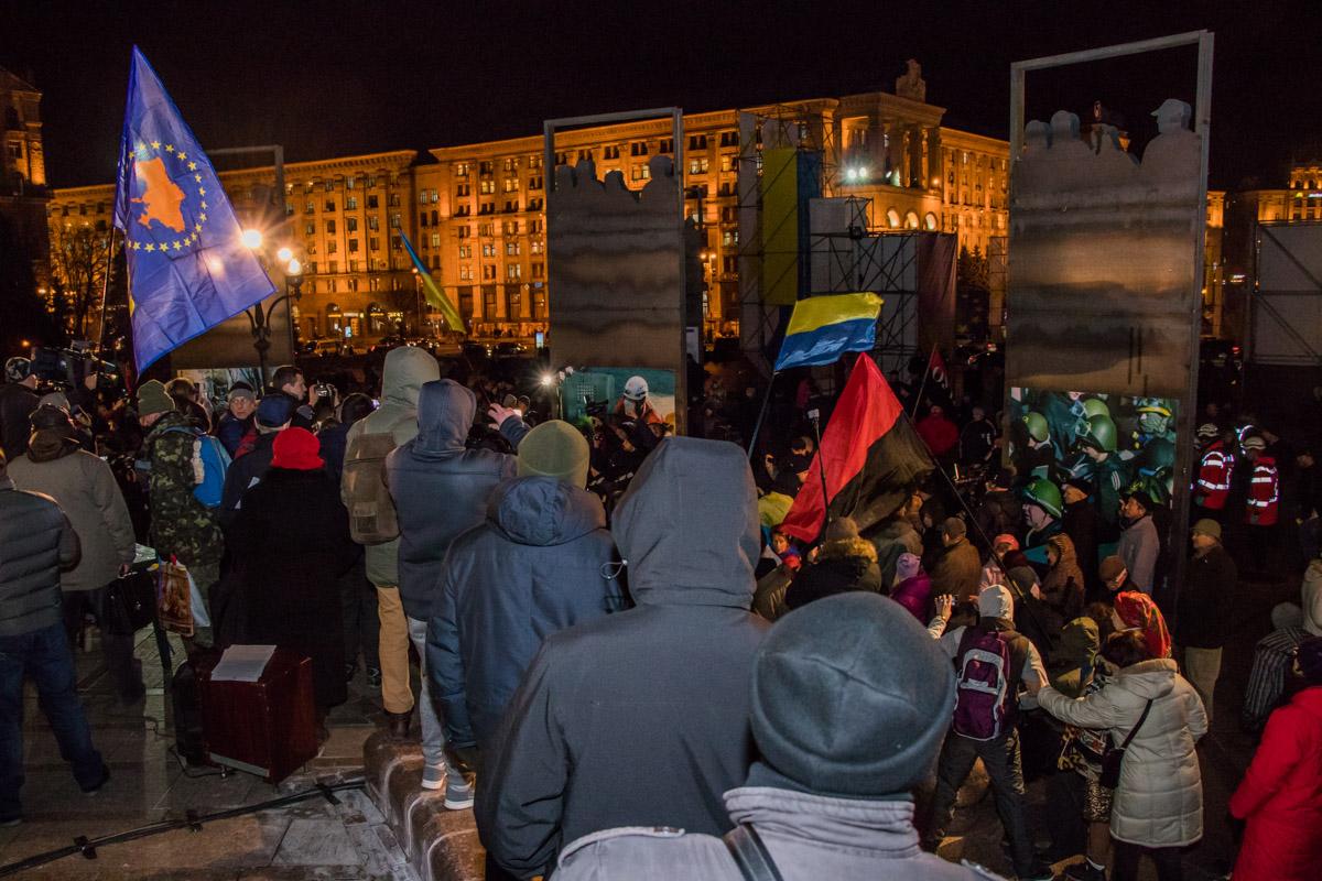 Тем временем, у стелы собрались те, кто пришел почить память погибших на Майдане в 2013 - 2014 годах