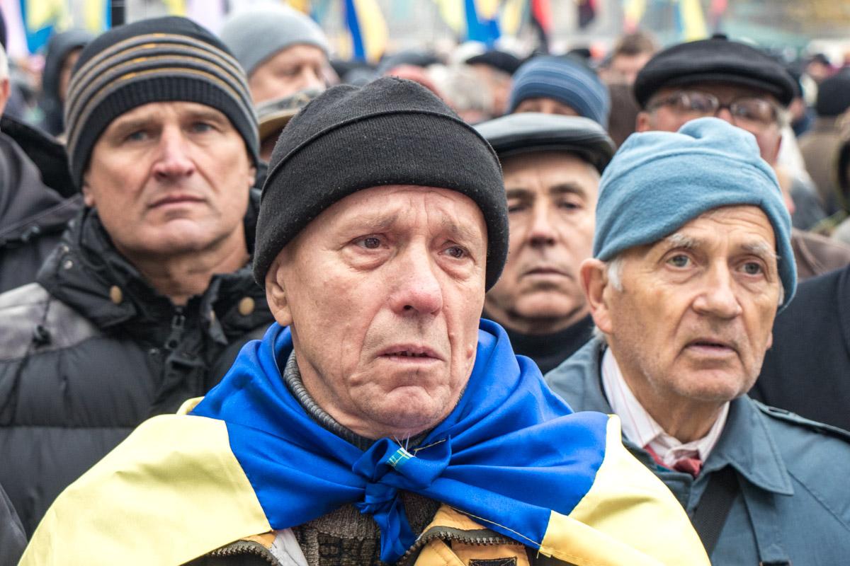 Люди стояли на митинге с флагами Украины и правого сектора