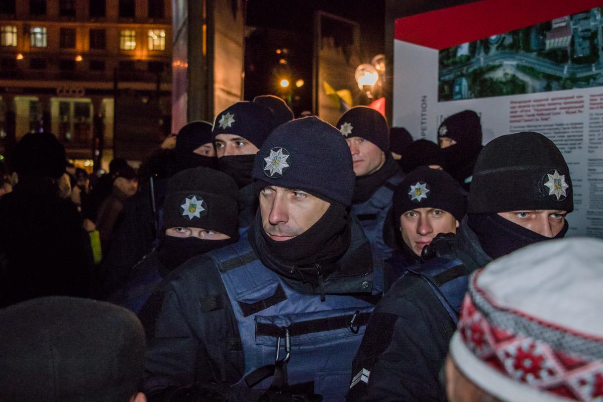 Полиция также охраняет площадь