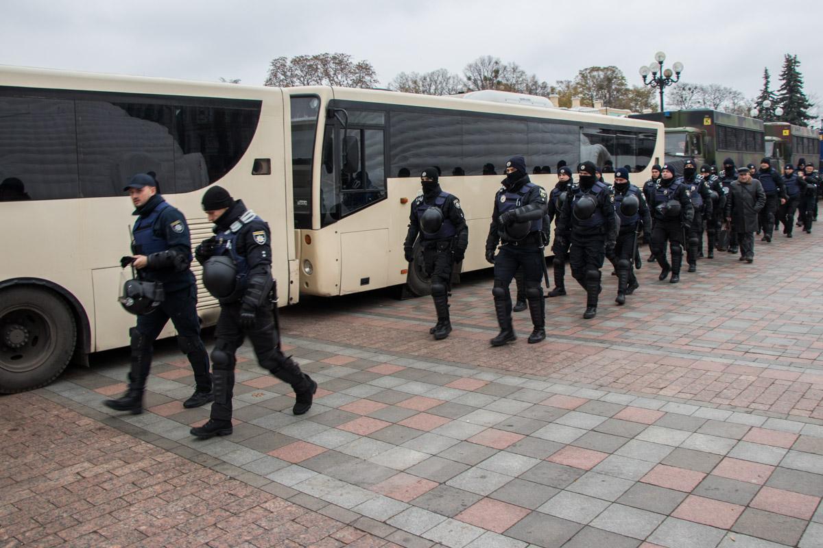 Полицейские периодически меняют друг друга