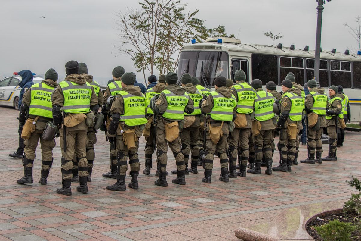 Также порядок возле Верховной Рады охраняют бойцы Нацгвардии Украины