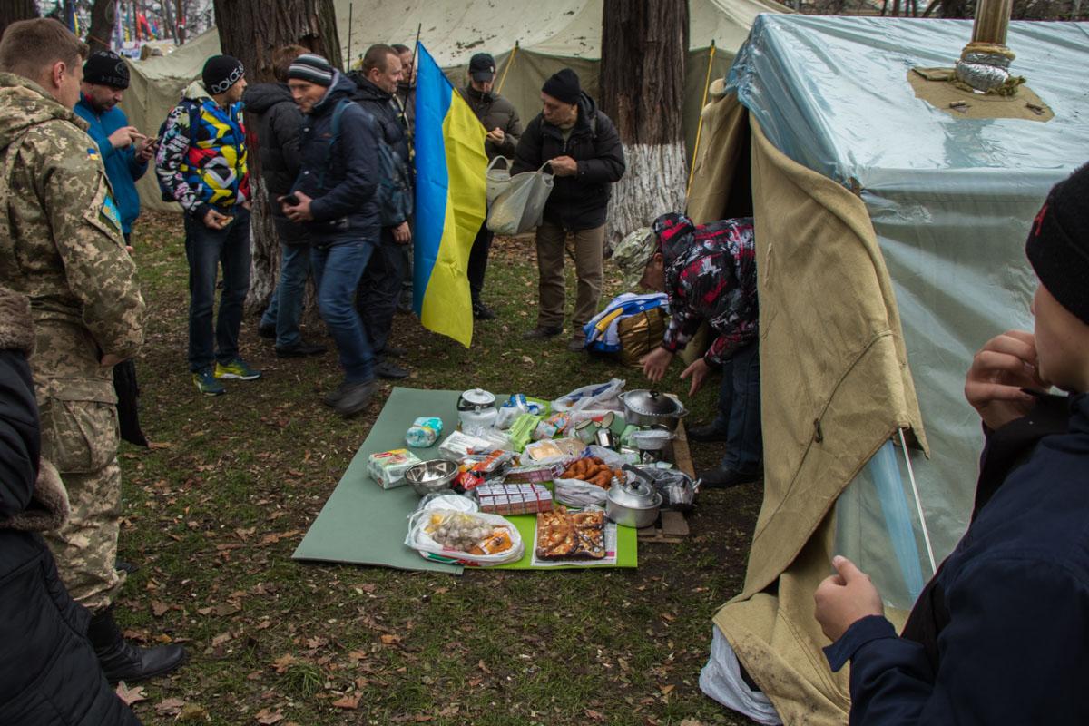 Жители палаточного городка обедали прямо во время митинга